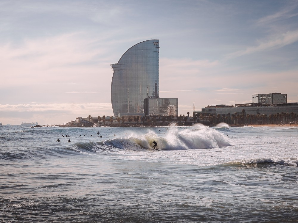 אנשים גולשים וברקע מלון מלון W ברצלונה,  people surfing on the background of hotel W Barcelona  Photo by Valdemaras D. from Pexels